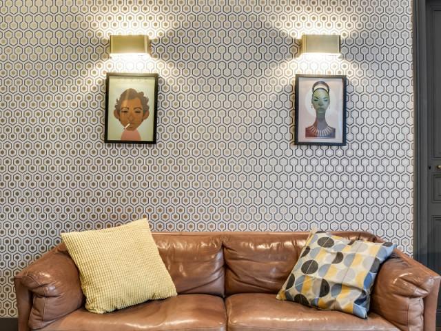Deux tableaux rétro au dessus du canapé chiné