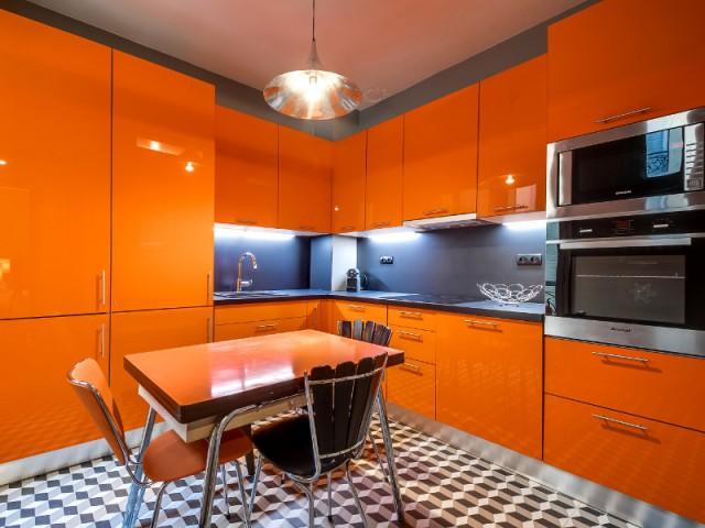 Une cuisine orangée pour rappeler l'esprit vintage