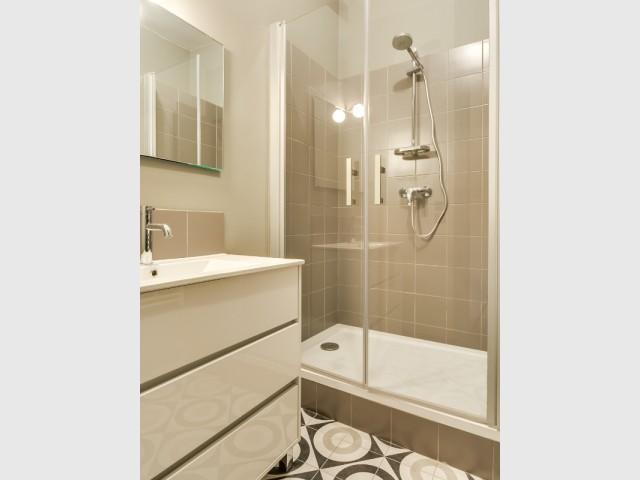 Une salle de bains chic et raffinée