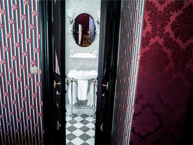 Vues à l'hôtel JoBo : des portes battantes pour délimiter une salle de bains - 10 idées déco vues à l'hôtel JoBo, à Paris