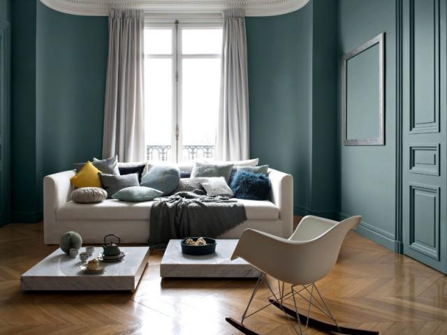 Une table basse en marbre pour un salon luxueux