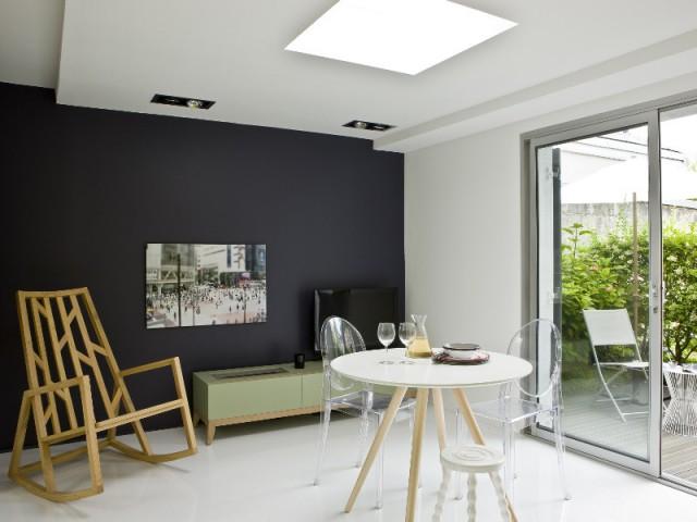 Un salon tout en transparence pour optimiser l'espace - Un appartement de bord mer lumineux et chaleureux