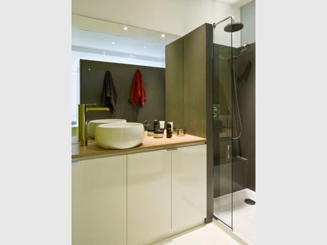 Une salle de bains aux teintes minérales pour rappeler l'océan - Un appartement de bord mer lumineux et chaleureux