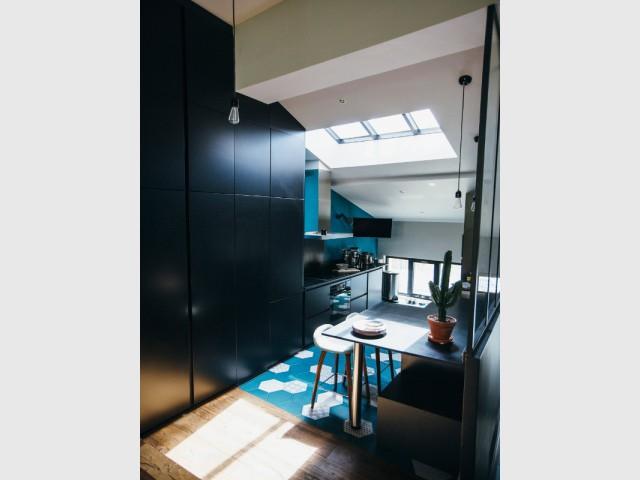 Une multiplication d'ouvertures pour une cuisine lumineuse - Une cuisine aménagée sous pente ose le noir mat
