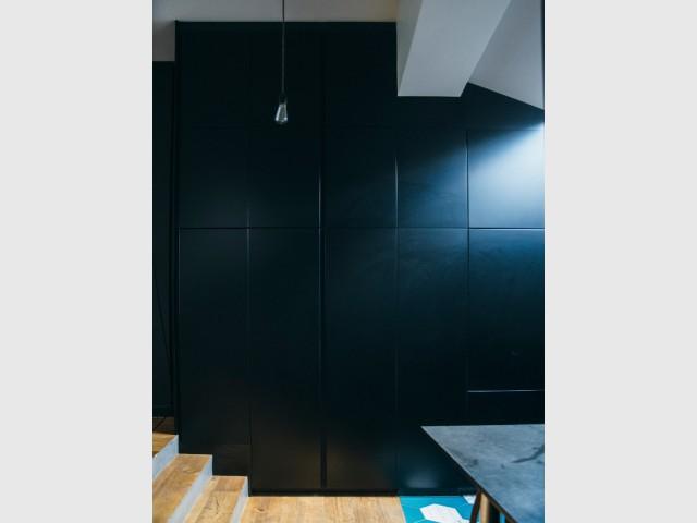 La discrétion comme maître mot - Une cuisine aménagée sous pente ose le noir mat