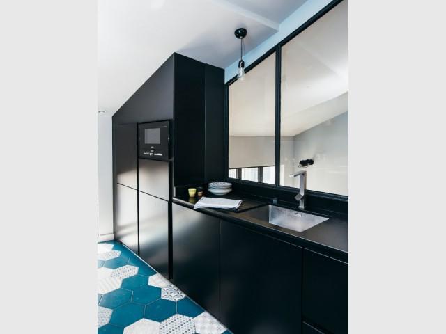 Le noir mat comme fil conducteur - Une cuisine aménagée sous pente ose le noir mat