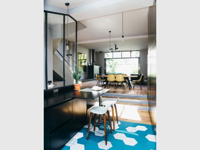 Du turquoise pour dynamiser la pièce - Une cuisine aménagée sous pente ose le noir mat