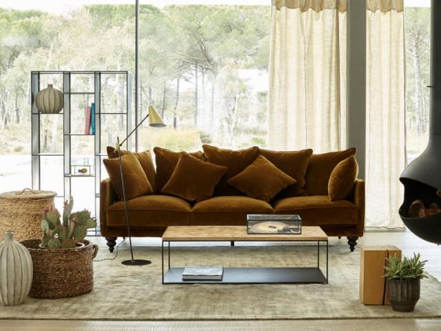 Un canapé en velours mordoré pour un salon nature