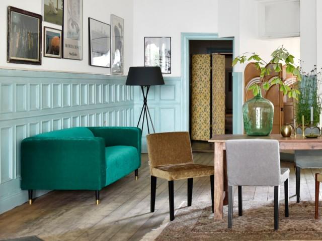 Un canapé en velours vert turquoise pour un salon dynamisé