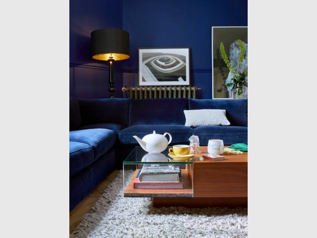 Un canapé en velours bleu marine pour un salon mystérieux