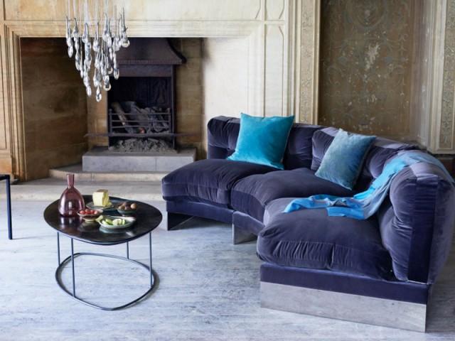 Un canapé en velours violet pour un salon vintage