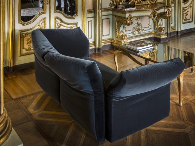 Un canapé en velours noir pour un salon luxueux