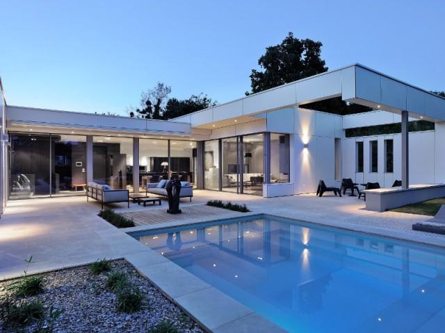 Une maison avec de larges baies vitrées