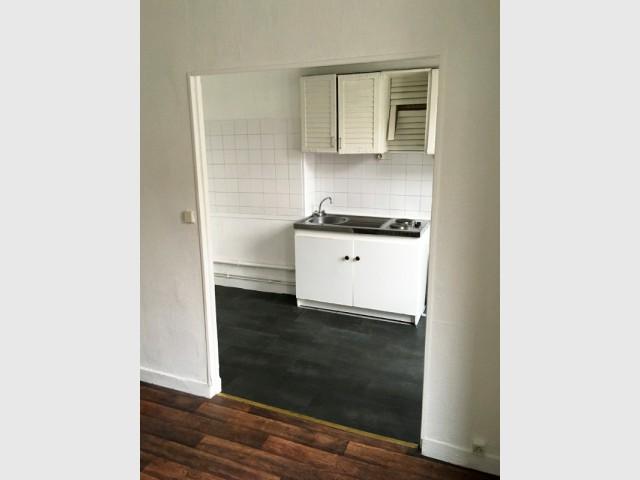 Avant : une cuisine semi-ouverte face au salon