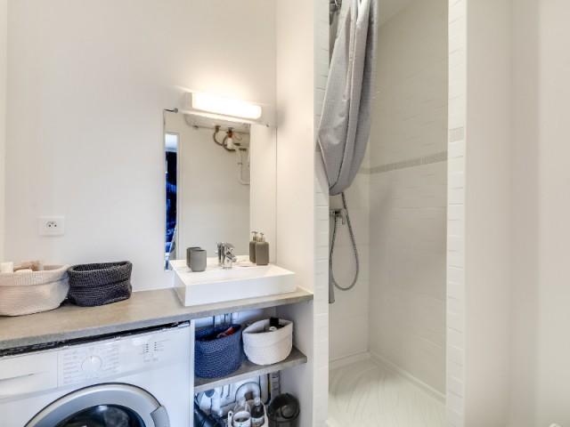 Après : une salle de bains avec douche et WC
