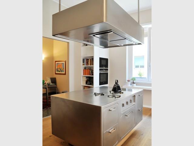 une cuisine avec lot central mise sur l 39 inox pour devenir le coeur d 39 un appartement. Black Bedroom Furniture Sets. Home Design Ideas