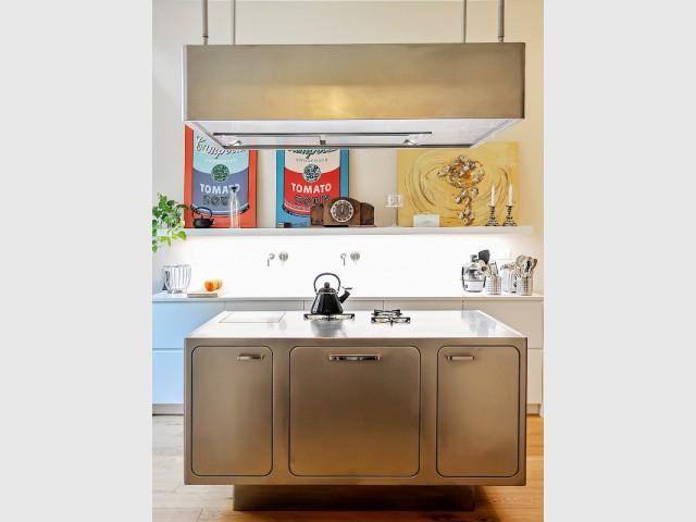 Une cuisine de pro à la maison - Une cuisine avec îlot central mise sur l'inox