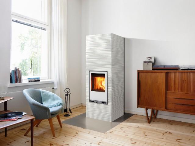 Un poêle-cheminée blanc et texturé
