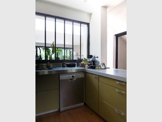 Une cuisine avec vue sur le salon