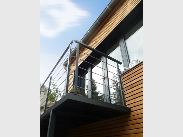 Une extension contemporaine sur un jardin de ville - Un petit balcon pour contempler le jardin