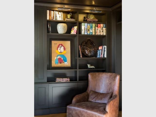 Deux tableaux de Picasso dans une bibliothèque cabinet de curiosités