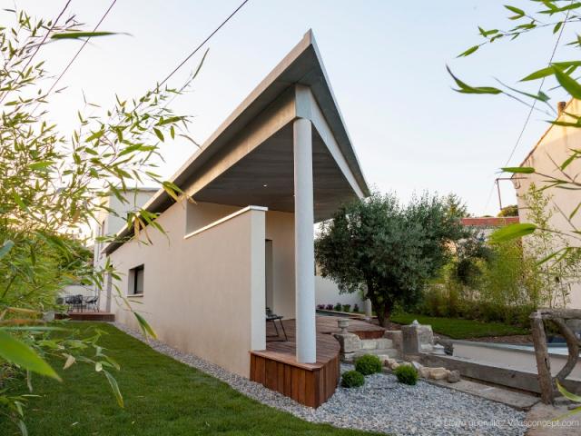 Une toiture zinc en forme d'aile d'avion - Une villa s'immisce dans un village provençal