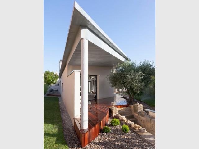 Combinaison de différents espaces de vie extérieurs  - Une villa s'immisce dans un village provençal