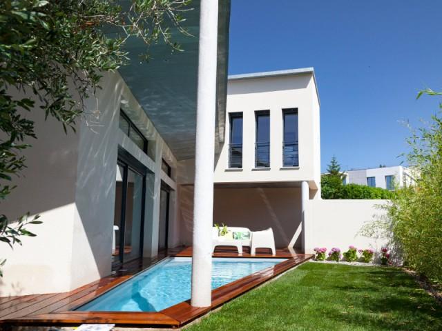 Une piscine triangulaire protégée des regards extérieurs - Une villa s'immisce dans un village provençal