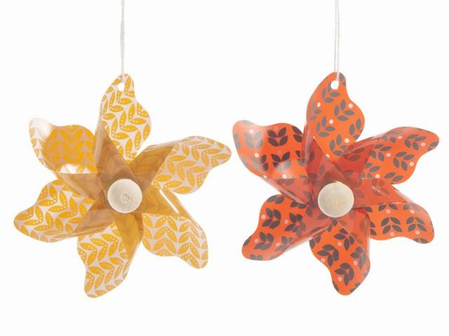 Des fleurs aux couleurs vintage pour un sapin de Noël des fifties