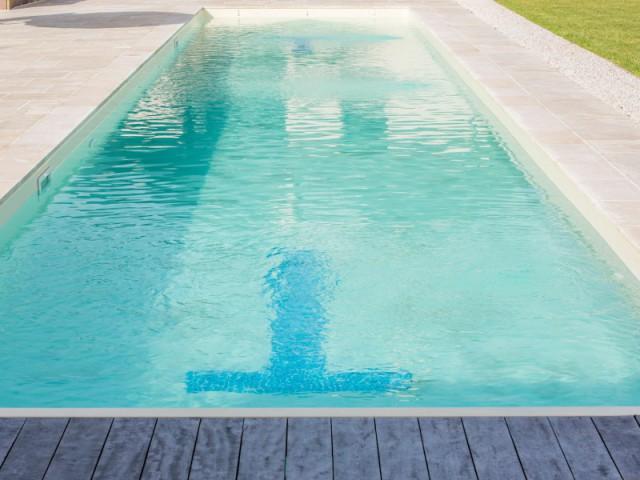 Des marques de virage imprimées sur le liner - Couloir de nage signé Laure Manaudou