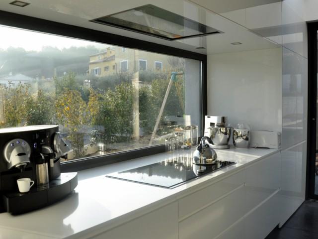 La zone de cuisson à la place du point d'eau - Une cuisine sobre et élégante