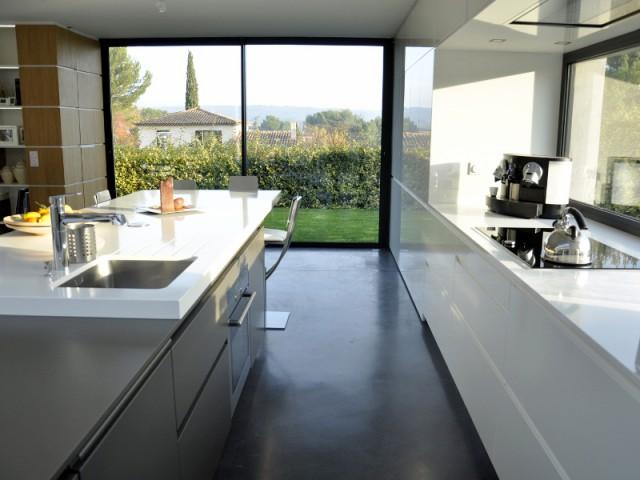 Une cuisine organisée en deux pôles distincts  - Une cuisine sobre et élégante