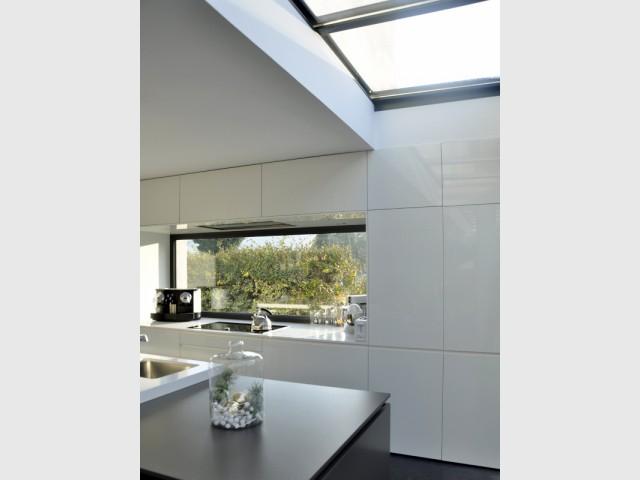 Des rangements jusqu'au plafond pour une optimisation maximale - Une cuisine sobre et élégante