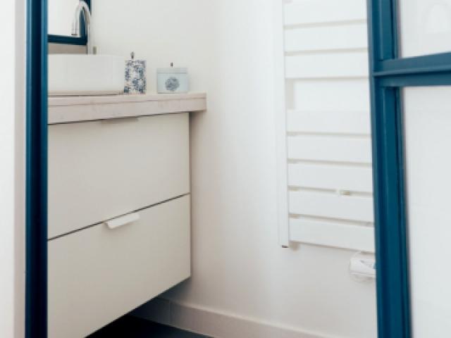 Une salle de bains raffinée pour les parents
