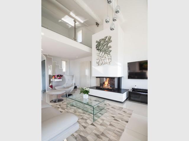 Une cheminée contemporaine s'immisce dans le nouveau salon  - Une cheminée contemporaine dans une villa