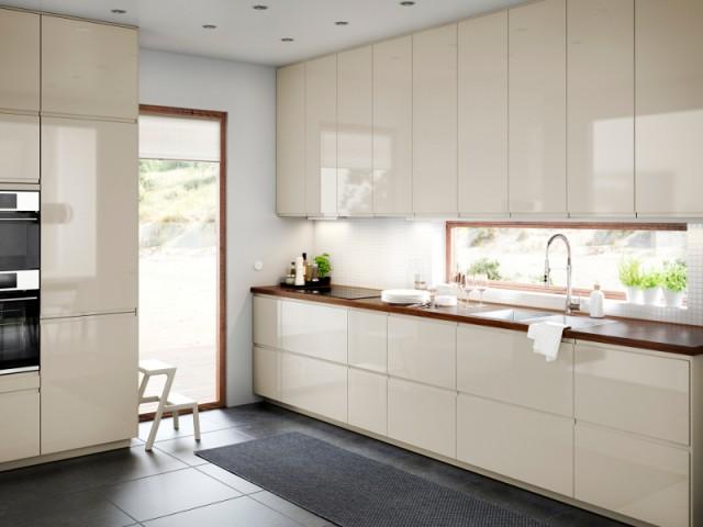 Des placards sans poignées pour une cuisine tout en hauteur