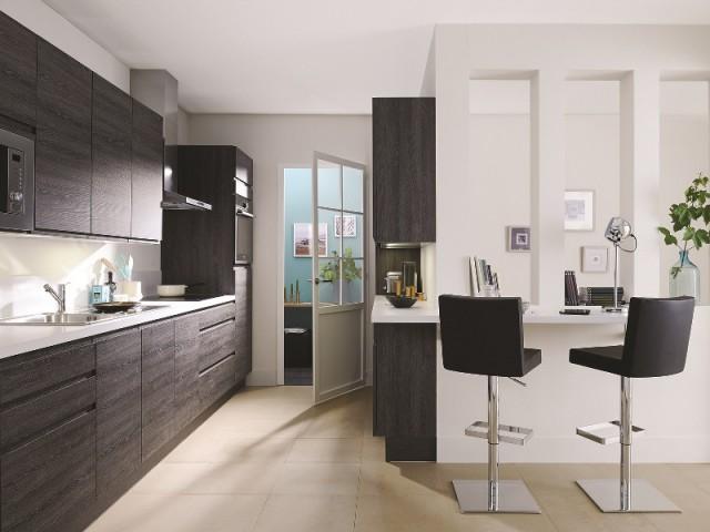 Des placards sans poignées pour une cuisine compacte