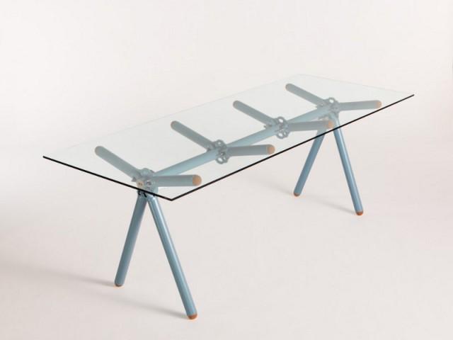 Une table montée sur des échafaudages  - Maximum, l'art de recycler les déchets industriels