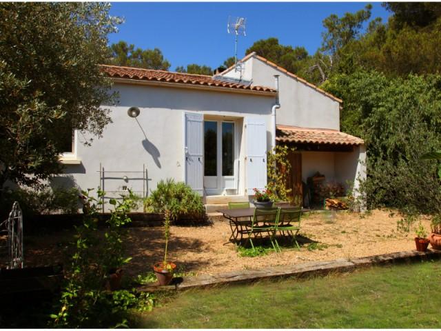 Après : un nouvel espace de vie extérieur créé à l'est - Un petit mazet provençal transformé