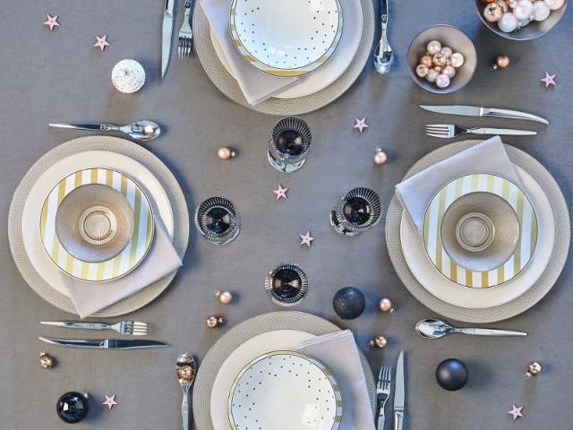 Des assiettes or et argent pour une table de fêtes tout en douceur