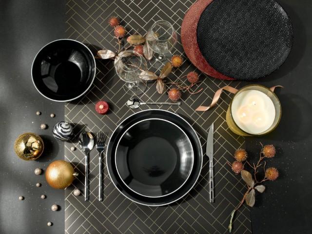 Des assiettes noires pour une table de fêtes élégante