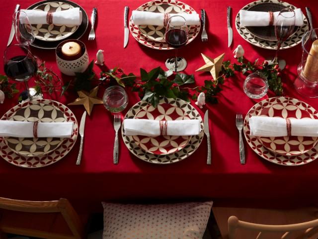 Des assiettes vintage pour une table de fêtes traditionnelle