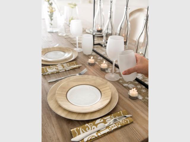 Des assiettes motif bois pour une table de fêtes naturelle