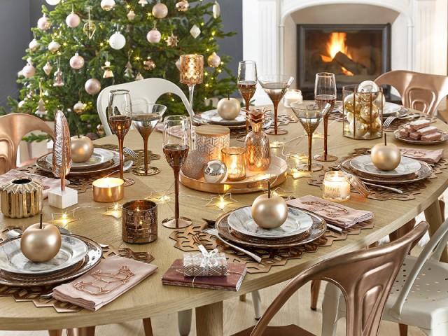 Des assiettes cuivrées pour une table de fêtes tendance