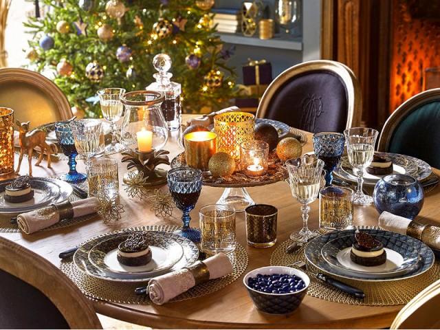Des assiettes bleu nuit pour une table de fêtes orientale