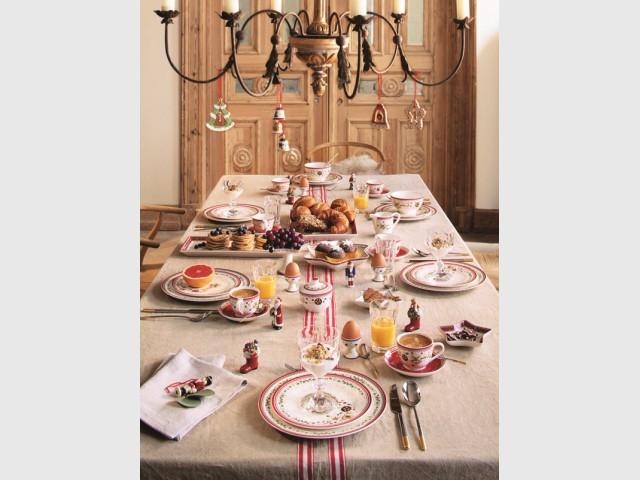 Des assiettes rouge et vert pour une table de fêtes d'antan