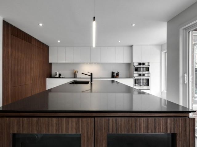 Un gigantesque îlot pour une cuisine ultra contemporaine - A Montréal, une maison se réinvente...