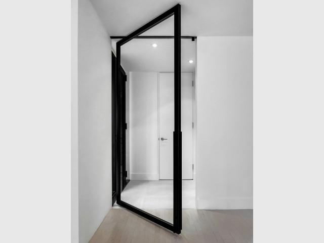 La porte du vestibule, plus grande et entièrement vitrée - A Montréal, une maison se réinvente...