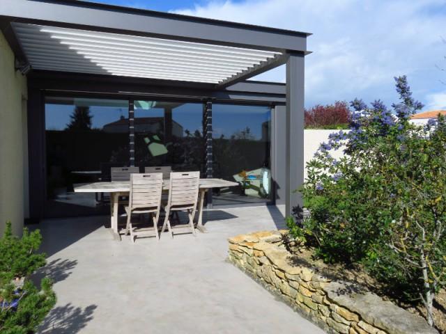 Une véranda et une pergola pour ouvrir une maison sur son jardin
