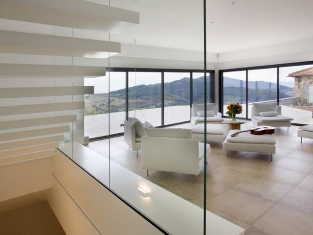l haut sur la colline une grange s 39 invente un nouvel avenir. Black Bedroom Furniture Sets. Home Design Ideas